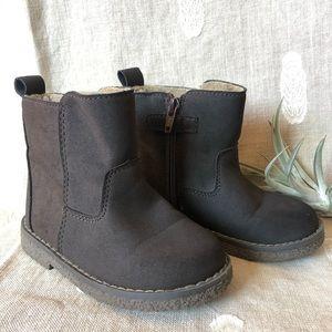 Gap • Fleece Lined Chelsea Boots